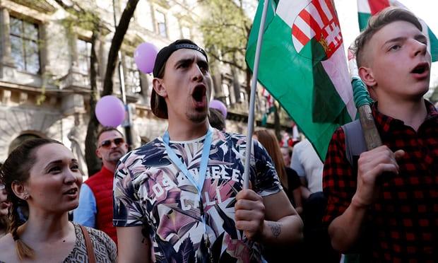 유럽5-헝가리 총리 선거에 불만표시하는 시위 열려 가디언지.jpg